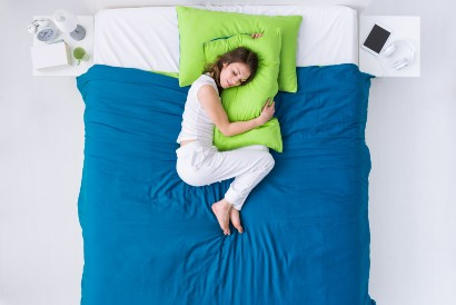 Salah satu posisi tidur yang baik untuk pernapasan adalah posisi meringkuk seperti janin