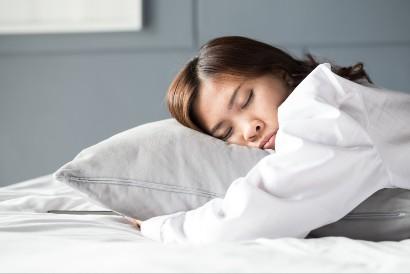 Posisi tidur tengkurap sebaiknya tidak dilakukan dalam waktu lama
