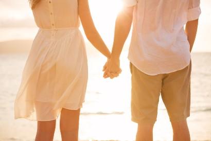 Bergandengan tangan merupakan bentuk public display of affection dalam batas wajar
