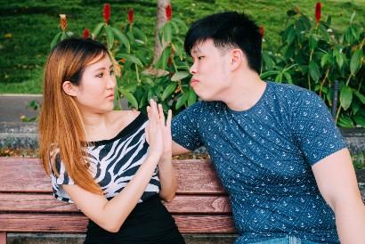 Hindari public display of affection dengan pasangan