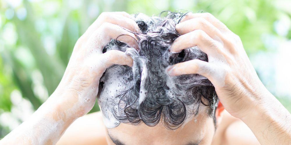 Penyebab rambut kering pria adalah terlalu sering keramas
