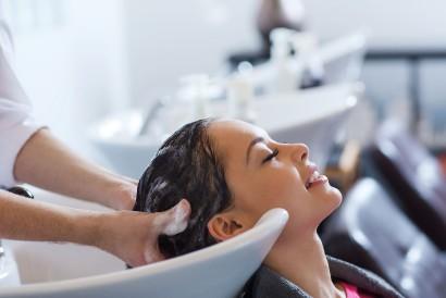 Pijat kulit kepala sebagai cara menumbuhkan rambut rontok