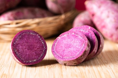 Kukus dulu ubi ungu sebelum membuat bola-bola ubi