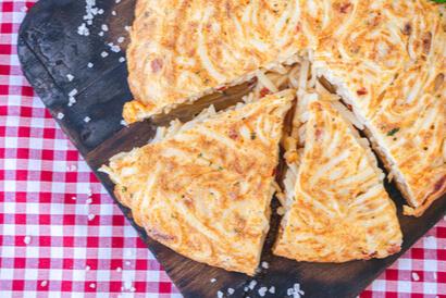 Tambahkan mie instan ke dalam resep omelet telur