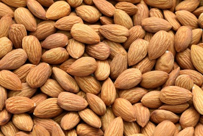 Gunakan kacang almond sebagai topping overnight oats