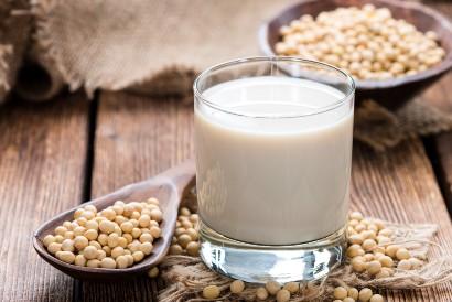 Gunakan susu kedelai untuk membuat overnight oat vegan