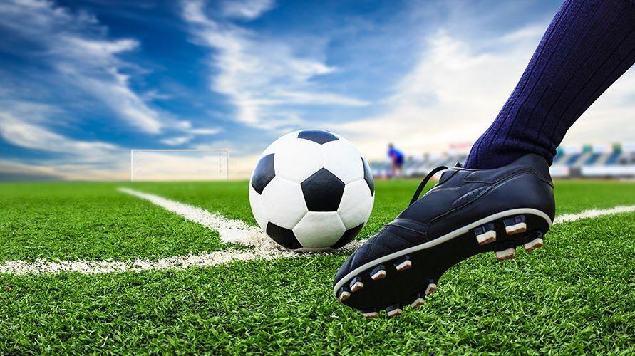 Teknik dasar sepak bola antara lain tendangan, sundulan, dan menggiring bola