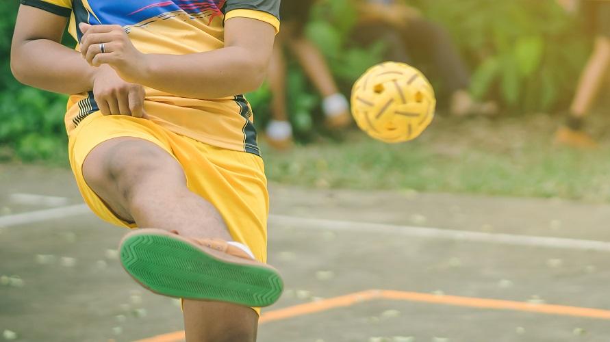 Sepak takraw adalah contoh permainan bola kecil
