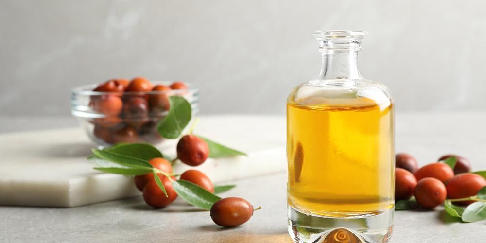 Salah satu kandungan skin care untuk kulit sensitif yang cukup aman digunakan adalah minyak jojoba