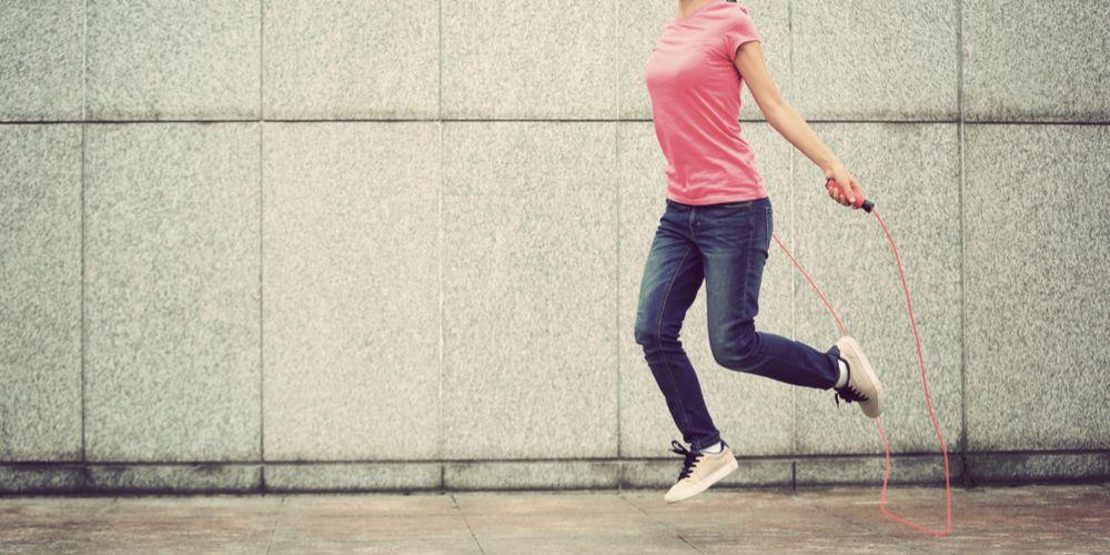 Lompat tali atau skipping bisa melatih otot kaki