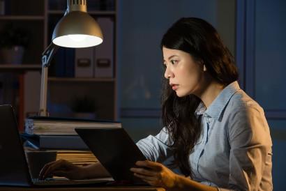 Penderita somniphobia menghindari waktu tidur dengan begadang