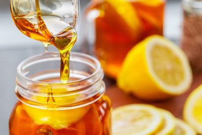 Madu untuk sakit tenggorokan dapat dicampur dengan lemon