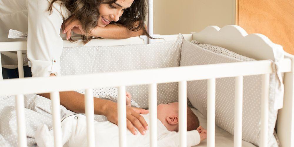 Tips tidur bayi yang aman harus pilih kasur yang pas
