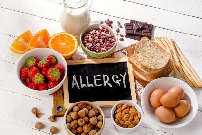 Alergi makanan juga dapat menyebabkan tenggorokan gatal