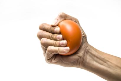 Salah satu terapi carpal tunnel syndrome adalah latihan menggenggam benda
