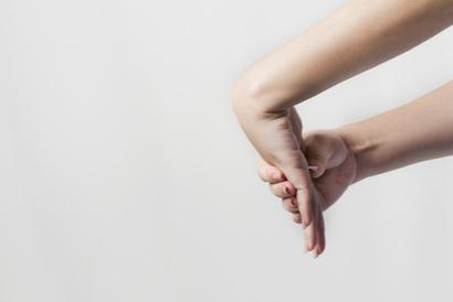 Gerakan terapi carpal tunnel syndrome ini berfungsi meregangkan otot lengan bagian luar