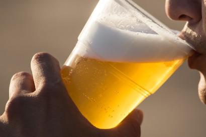 Minum alkohol bisa menjadi cara meniruskan pipi