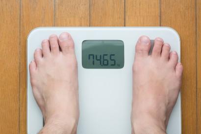 Saat menimbang berat badan, gunakan timbangan digital yang lebih akurat