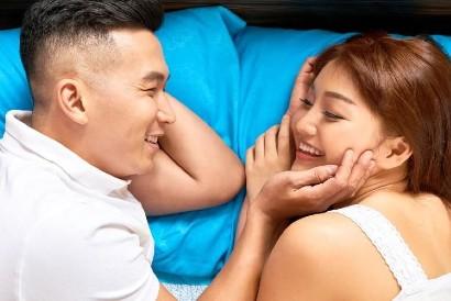Pillow talk merupakan salah satu cara menghangatkan lagi kehidupan intim Anda