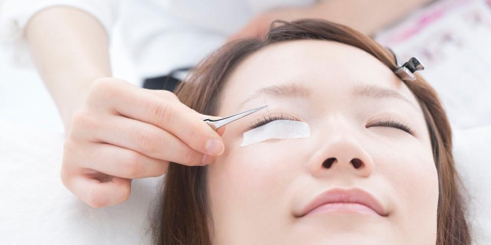 Tanam bulu mata dilakukan menggunakan lem perekat khusus