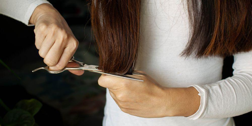 Cara mengatasi rambut bercabang perlu memotong ujung rambut