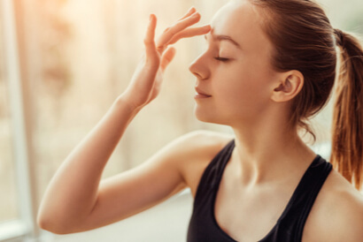 Titik akupunktur untuk sakit kepala berada di dahi di antara kedua alis