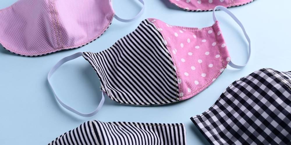 Masker dobel digunakan dengan melapisi masker bedah dengan masker kain
