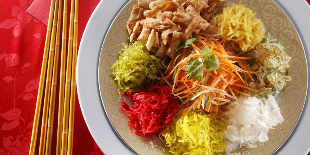 Yu sheng terbuat dari sayur dan ikan yang sehat untuk tubuh