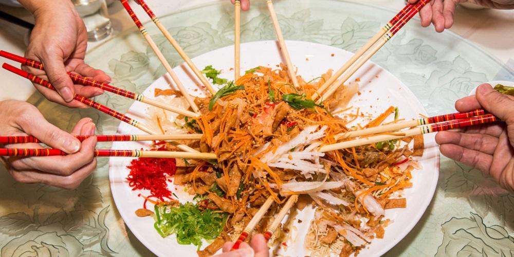 Yu sheng adalah makanan khas imlek yang dikonsumsi bersama-sama sambil diaduk dan diangkat tinggi-tinggi