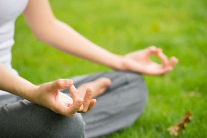 Selain konsumsi makanan penambah daya ingat, meditasi juga penting dilakukan