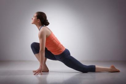 Gerakan stretching low lunge bisa dilakukan sebelum tidur