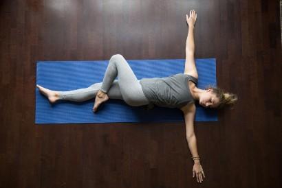 Gerakan stretching spinal twist cocok dilakukan agar tidur lebih nyenyak