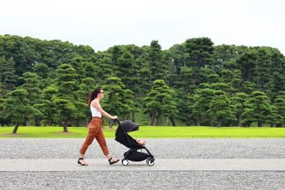 Pemulihan pasca operasi caesar bisa dilakukan dengan rutin berjalan kaki sembari membawa bayi berjalan-jalan dengan stroller