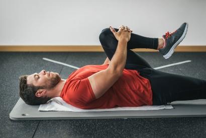 Latihan otot punggung bisa dilakukan dengan knee to chest stretch