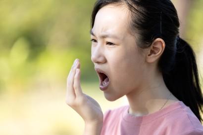 Salah satu manfaat oil pulling adalah mengurangi bau mulut