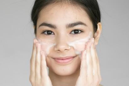 Membersihkan wajah dengan sabun yang lembut akan membantu mencegah penuaan dini