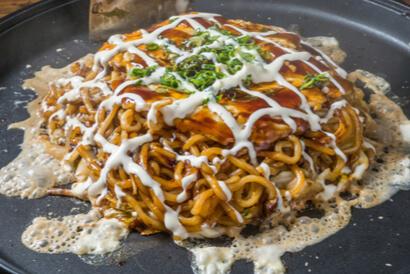 Cara membuat okonomiyaki Hiroshima lebih sulit ketimbang resep okonomiyaki biasa