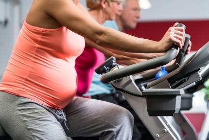 Olahraga untuk ibu hamil muda yang aman adalah sepeda statis