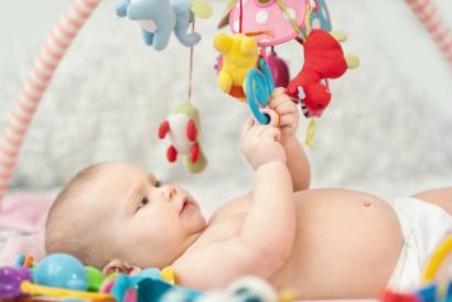 Bayi berusia 3 bulan ke atas sudah dapat melihat objek seperti mainan