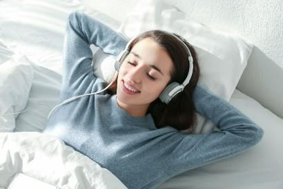 Selain suara hujan, Anda juga bisa mendengarkan musik pengantar tidur